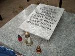 Uczniowie kółka historycznego przy pomniku poległych mieszkańców